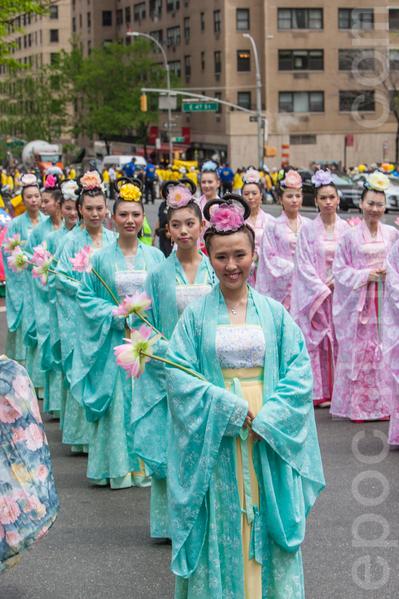 5月15日,8千多法轮功学员在纽约举行游行,声援2亿中国人三退。图为仙女队。(马有志/大纪元)