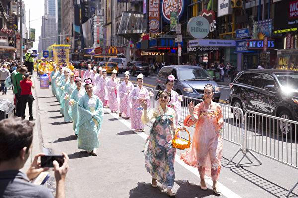 """5月15日,8千多名来自全世界50多个国家200多个地区的部分法轮功学员齐聚纽约市曼哈顿,沿着纽约中心42街,举行声势浩大的游行。图为游行第一方阵""""法轮大法好""""-仙女队。(戴兵/大纪元)"""