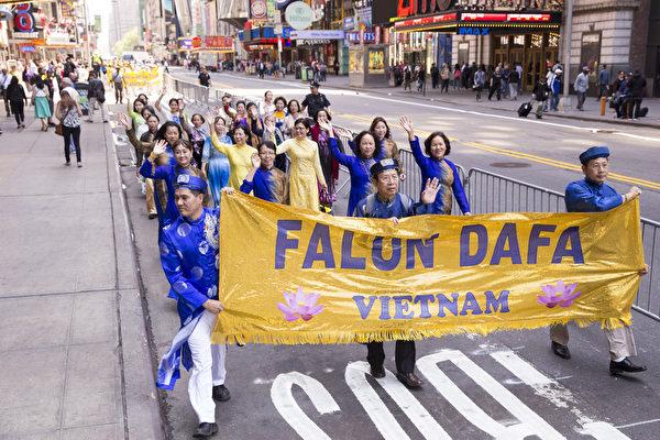 5月15日,八千多名来自全世界50多个国家200多个地区的部分法轮功学员齐聚纽约市曼哈顿,沿着纽约中心42街,举行声势浩大的游行。图为来自世界各地的法轮功学员。(戴兵/大纪元)