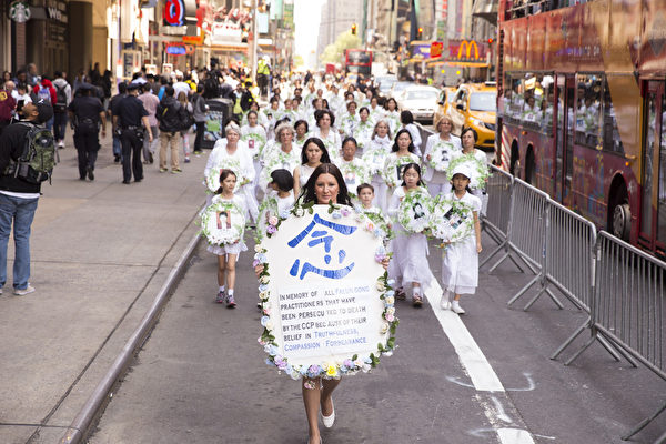 5月15日,八千多名来自全世界50多个国家200多个地区的部分法轮功学员齐聚纽约市曼哈顿,沿着纽约中心42街,举行声势浩大的游行。图为悼念被迫害致死的大法弟子。(戴兵/大纪元)