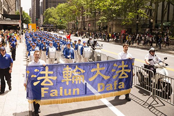 """5月15日,八千多名来自全世界50多个国家200多个地区的部分法轮功学员齐聚纽约市曼哈顿,沿着纽约中心42街,举行声势浩大的游行。图为游行第一方阵""""法轮大法好""""-天国乐团。(爱德华/大纪元)"""