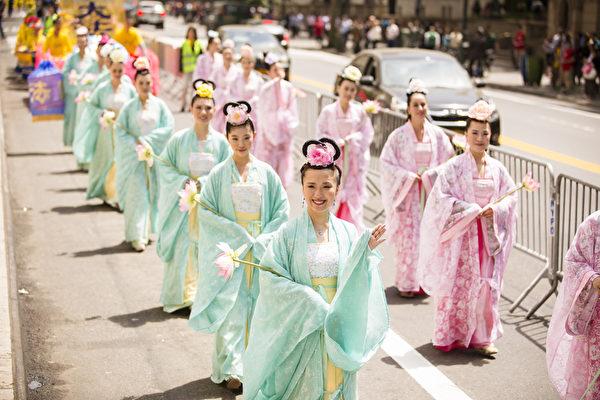 """5月15日,八千多名来自全世界50多个国家200多个地区的部分法轮功学员齐聚纽约市曼哈顿,沿着纽约中心42街,举行声势浩大的游行。图为游行第一方阵""""法轮大法好""""-仙女队(爱德华/大纪元)"""