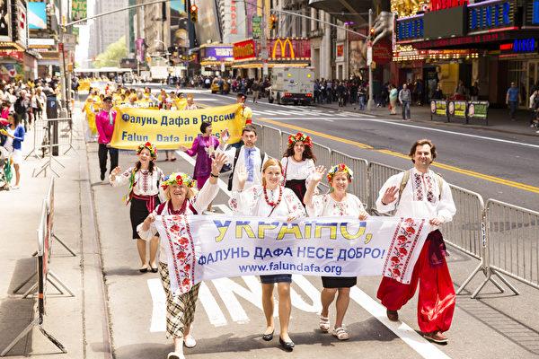 5月15日,八千多名来自全世界50多个国家200多个地区的部分法轮功学员齐聚纽约市曼哈顿,沿着纽约中心42街,举行声势浩大的游行。图为来自世界各地的法轮功学员。(爱德华/大纪元)