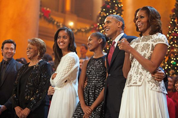 在白宫8年的生活已经走过一多半,对于离开白宫后的生活打算,美国总统奥巴马夫妇还没有特别的想法,然而一向嗅觉灵敏的媒体已经从他们往日的言谈中揣摩出他们未来的生活方向。图:2013年12月15日,奥巴马一家庆祝白宫内布置的圣诞树。 (Martin H. Simon-Pool/Getty Images)
