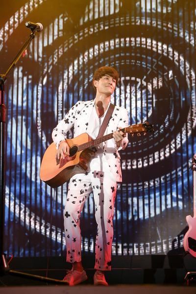 吴克群一开场就看到现场近3,000歌迷,让他一度感动到想哭。(华纳提供)
