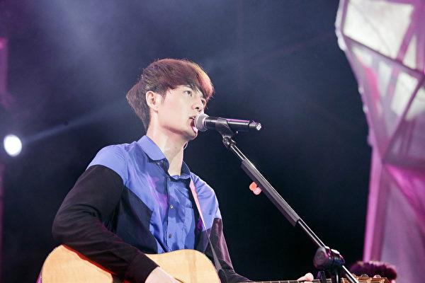 吴克群为回馈歌迷,5月16日在台北举办免费新歌演唱会,涌入大批粉丝塞爆现场。(华纳提供)