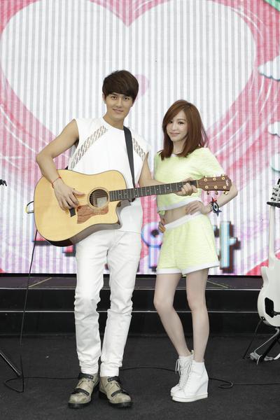 吴克群新歌演唱会,王心凌惊喜现身,两人合唱高音版《你好可爱》。(华纳提供)
