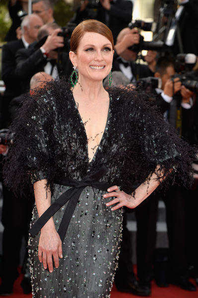 茱莉安摩尔(Julianne Moore)穿着亚曼尼(ARMANI PRIVÉ)礼服出席本届坎城影展。(Pascal Le Segretain/Getty Images)