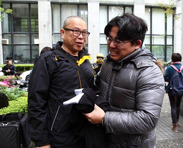 关厂工人案3月时获判无罪,邱显智(右)喜极而泣(邱显智提供)