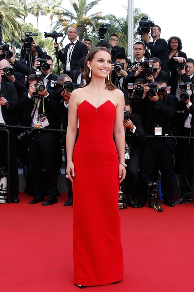 娜塔莉‧波曼(Natalie Portman)穿着迪奥(Christian dior couture)礼服出席本届戛纳电影节。(VALERY HACHE/AFP/Getty Images)