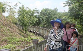 參與竹山桂竹季活動的民眾在竹山文化園區步道聽導覽員說桂竹的故事。(黃淑貞/大紀元)