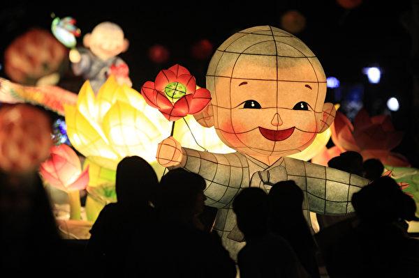 2015年5月16日,韩国首尔,庆祝佛的诞辰,游客欣赏五颜六色的花灯。(Chung Sung-Jun/Getty Images)