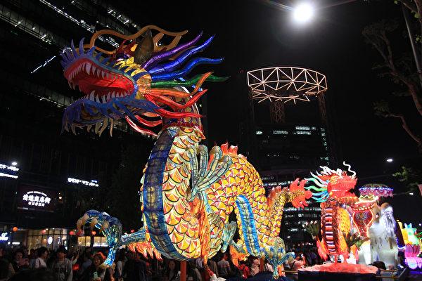 2015年5月16日,韩国首尔,庆祝佛祖诞辰,游客欣赏五颜六色的彩灯。(Chung Sung-Jun/Getty Images)