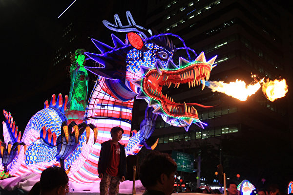 2015年5月16日,在韩国首尔,庆祝佛祖的诞辰,游客欣赏龙造型的彩灯。(Chung Sung-Jun/Getty Images)