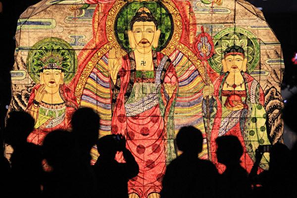 2015年5月16日,在韩国首尔,庆祝佛祖的诞辰,游客欣赏佛像造型的彩灯。(Chung Sung-Jun/Getty Images)