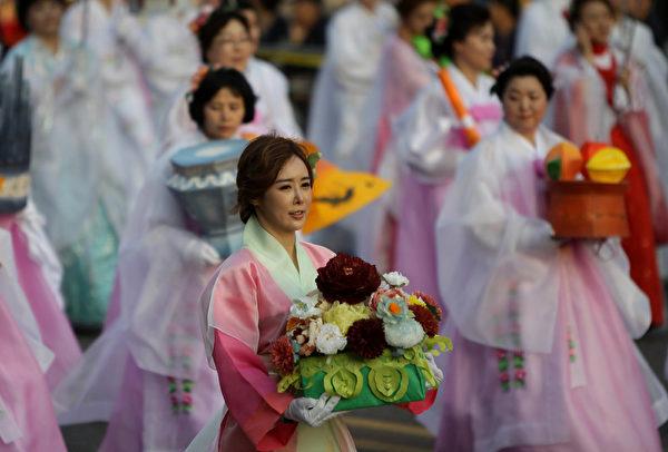 2015年5月16日,韩国首尔,庆祝佛祖诞辰,民众携带五颜六色的彩灯游行。(Chung Sung-Jun/Getty Images)