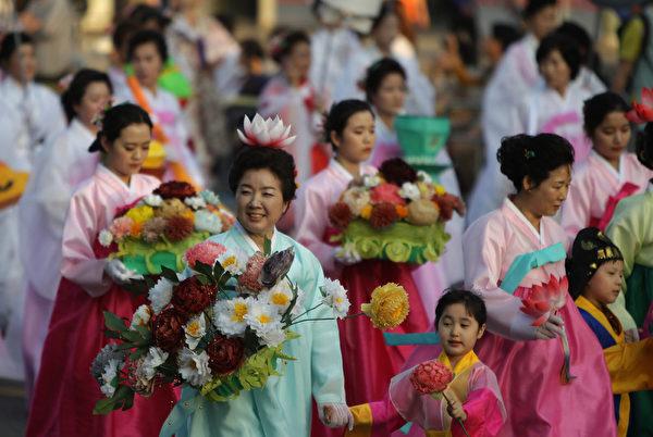 2015年5月16日,在韩国首尔,庆祝佛祖诞辰,当地举行彩灯游行。(Chung Sung-Jun/Getty Images)