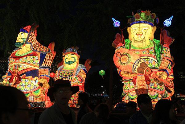2015年5月16日,韩国首尔,庆祝佛祖诞辰,灯会中五颜六色的造型彩灯璀璨明亮。(Chung Sung-Jun/Getty Images)