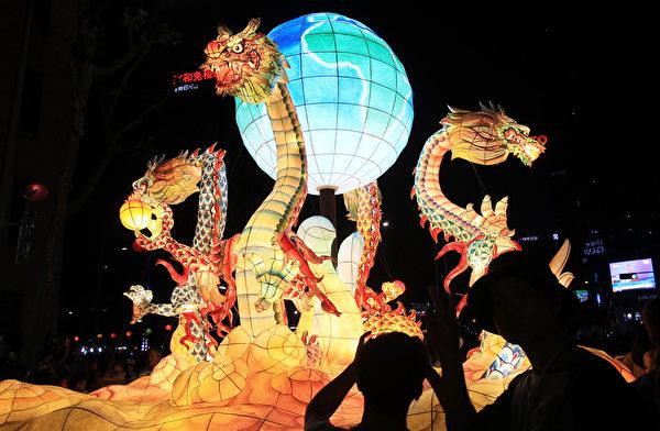 2015年5月16日,在韩国首尔,庆祝佛祖诞辰,灯会中五颜六色的造型彩灯。(Chung Sung-Jun/Getty Images)
