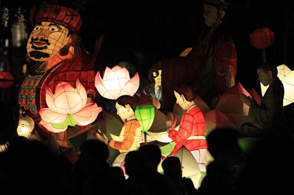 2015年5月16日,韩国首尔,庆祝佛祖诞辰,灯会中五颜六色的造型彩灯照亮夜空。(Chung Sung-Jun/Getty Images)