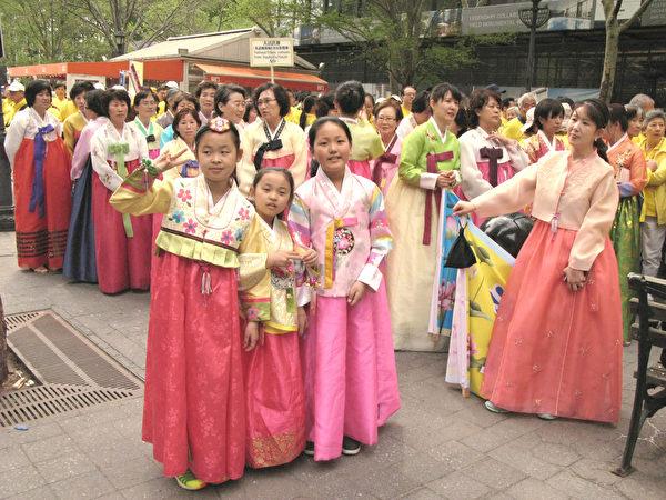 在纽约联合国总部对面,准备参加法轮大法日游行的部分韩国法轮功学员,前三为三位小弟子。(张小清/大纪元)