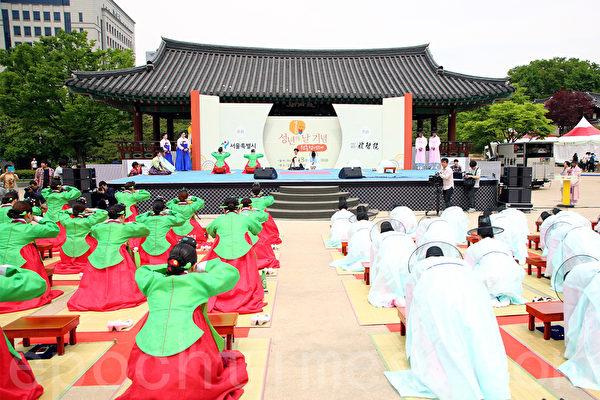 2015年5月18日,韩国首尔南山韩屋村举行43届成年礼。(全宇/大纪元)