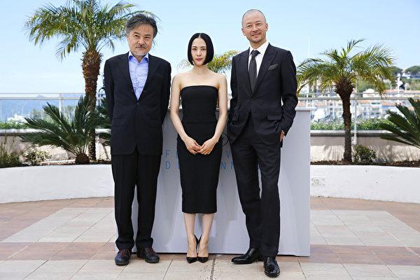 《岸边之旅》坎城首映,导演黑泽清(左起)、演员深津绘里与浅野忠信一同在影展亮相。(佳映娱乐提供)