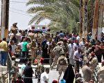 伊拉克官员于2015年5月18日表示,伊斯兰国激进组织攻进西部城市拉马迪(Ramadi)后,屠杀近5百名伊拉克士兵及平民,迫使至少8千人流离失所。本图为大批拉马迪市居民,于16日打算逃离动荡的家园,政府安全部队则在一旁戒护。(SABAH ARAR/AFP/Getty Images)