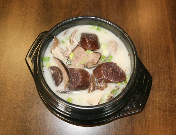米腸豬雜湯。(王曉蓮/大紀元)