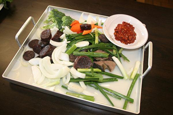 辣炒米肠的配料。(王晓莲/大纪元)