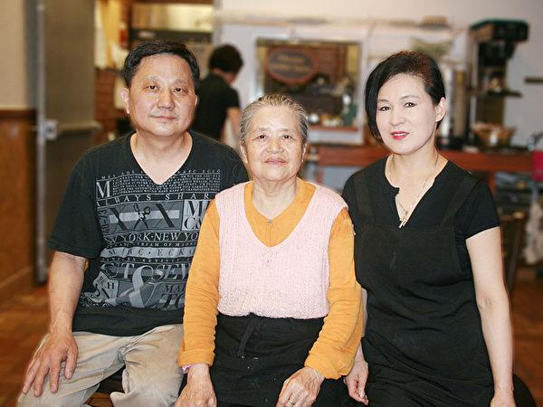 """""""民俗""""老板石根洙、金明姬夫妇和母亲金相女。(王晓莲/大纪元)"""