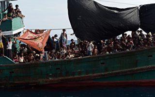 2015年5月14日,洛兴雅难民船在泰国南部丽贝岛(Koh Lipe)外海。(CHRISTOPHE ARCHAMBAULT/AFP/Getty Images)