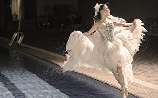 蓝心湄披着婚纱低温跳进冰冷的泳池。(风流女生提供)