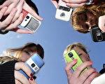 如何教育孩子適度使用手機,是當代父母一大難題。(OLIVIER MORIN/AFP/Getty Images)