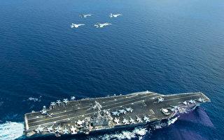 圖為2015年5月10日,美國海軍的照片顯示,兩架F/A-18超級大黃蜂式打擊戰鬥機(左和右)以及兩架馬來西亞皇家空軍SU-30MKM戰機和航空母艦卡爾‧文森號(USS Carl Vinson) (CVN 70)在南中國海進行雙邊演習。卡爾‧文森號戰鬥群隸屬於美國第七艦隊,負責保衛印尼、亞洲太平洋區域的安全與穩定。(AFP / HANDOUT / US NAVY / LT. JONATHAN PFAFF)
