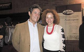 5月19日晚,Catherine Villota和牙医Hernan先生一起观看了神韵舞剧演出。(林南/大纪元)