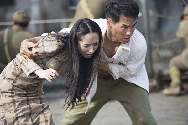 電影《風中家族》劇照,楊祐寧在戰火中,解救郭碧婷。(威視電影提供)