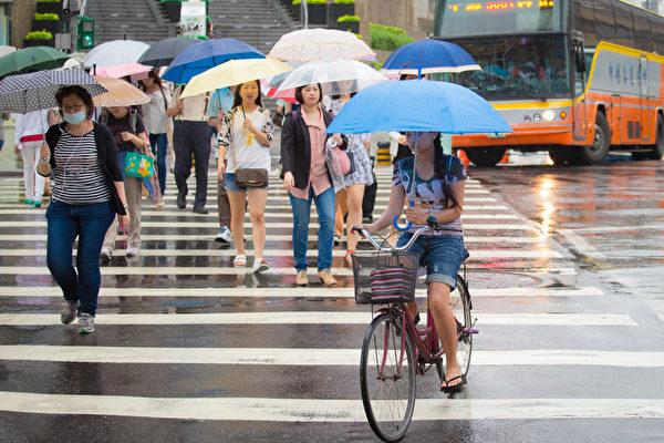 中央氣象局20日表示,受到滯留鋒面影響,全台各地將陸續轉為有陣雨或雷雨的天氣。(陳柏州/大紀元)