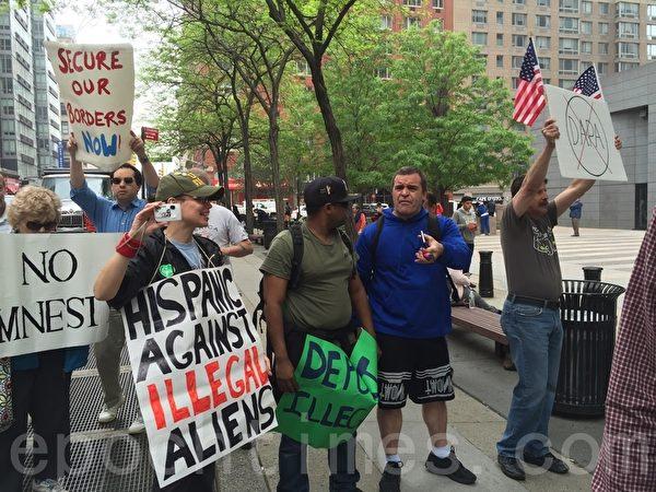 反對移民改革者也到集會現場。(施萍/大紀元)