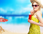 炎热夏天,墨镜是非常实用的随身配件,护眼防紫外线伤害外,更能提升潮度。(Fotolia)