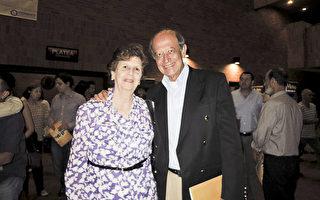5月20日晚,建筑师Alfonso Oralgo先生观看神韵舞剧《西游记》的演出。(林南/大纪元)