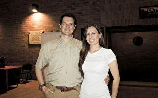 5月20日晚,一家跨国公司CEO Alvaro Soto先生和太太观看神韵舞剧《西游记》的演出。(林南/大纪元)
