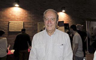 5月20日晚,Héctor León Zuluaga Tobón医生观看了神韵舞剧《西游记》的演出。(林南/大纪元)