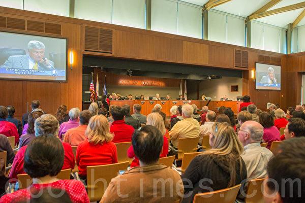 5月19日,库柏蒂诺市议会讨论高密度建房计划。大批民众前来反对。(马有志/大纪元)