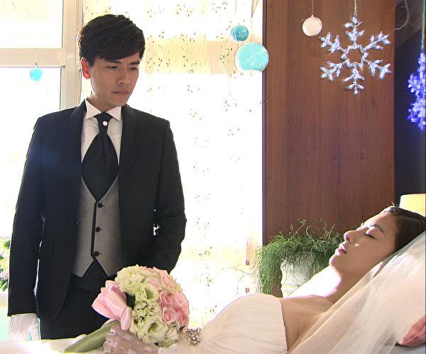 剧中,王传一(左)将在医院娶任容萱,氛围感人。(三立提供)