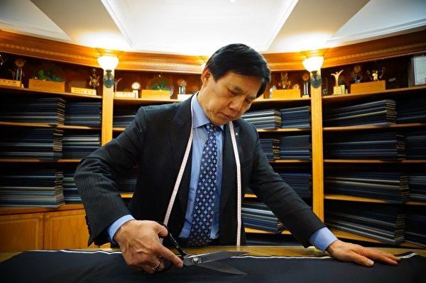 扎实的技术与时尚感,李万进打造出令名流满意的西服。(图:绅装西服提供)