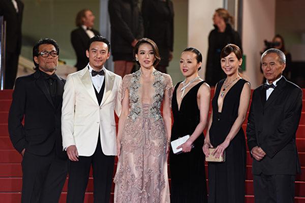 侯孝贤导演(右一)率领舒淇(左三)与张震(左二)等《聂隐娘》电影团队出席戛纳影展。(Ben A. Pruchnie/Getty Images)