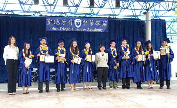 毕业生戴着学弟学妹们送上的花环。左一:校长陈玫秀,中:苏惠琛老师。(杨婕/大纪元)