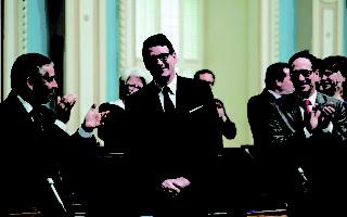 圖:2015年5月19日,魁省議會反對黨領培拉多(中)在當選後首次在魁北克市參加魁省議會立法會議。 得到同僚Nicolas Marceau(左)和Stephane Bedard(右)的鼓掌歡迎。(加通社)