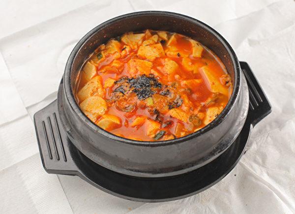 秘制湯頭海鮮豆腐煲,附贈石鍋米飯和15種韓式小菜。(張學慧/大紀元)